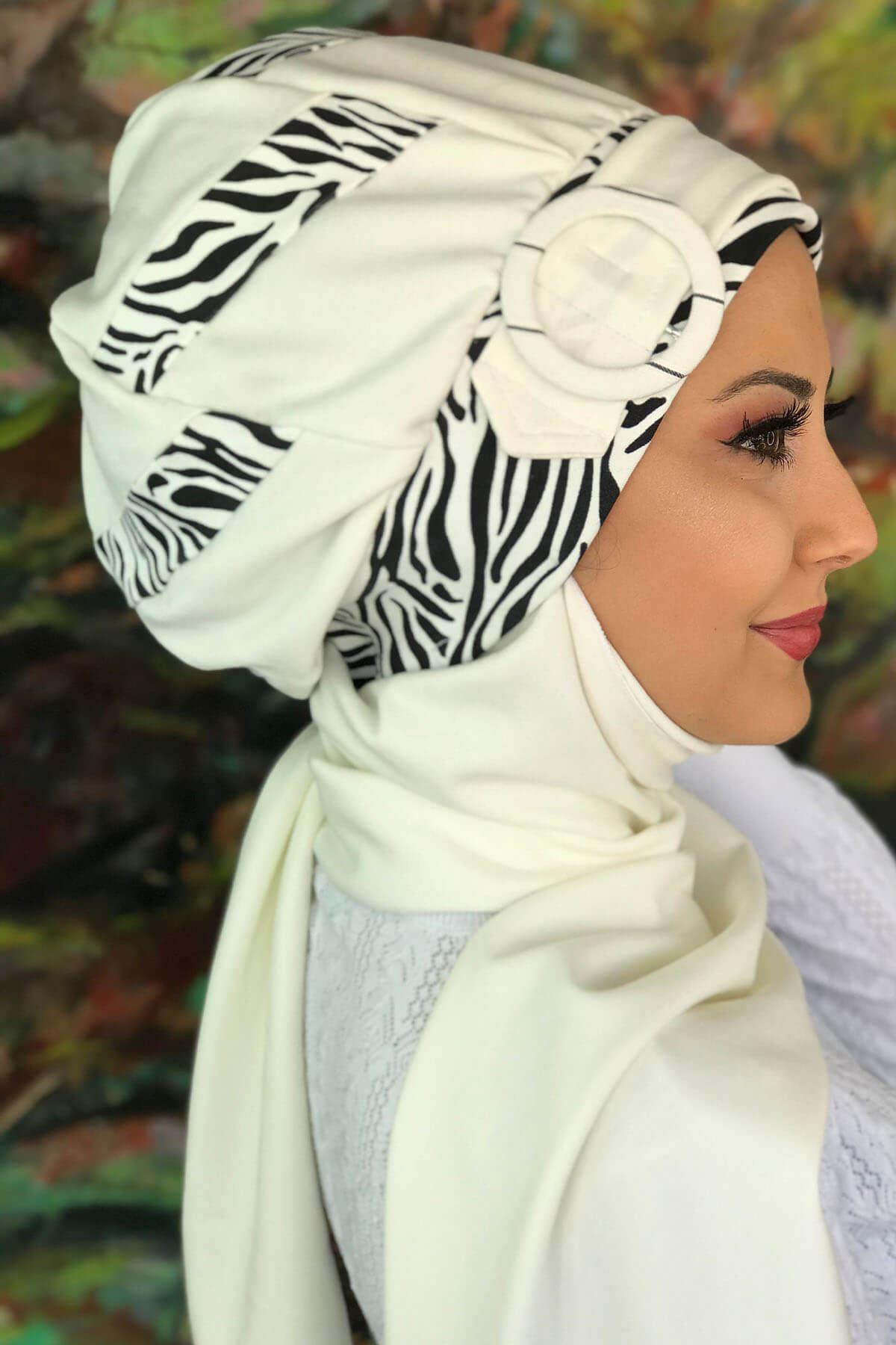 Beyaz Zebra Desen Şerit Detaylı Tokalı Siyah Atkılı Bone Şal