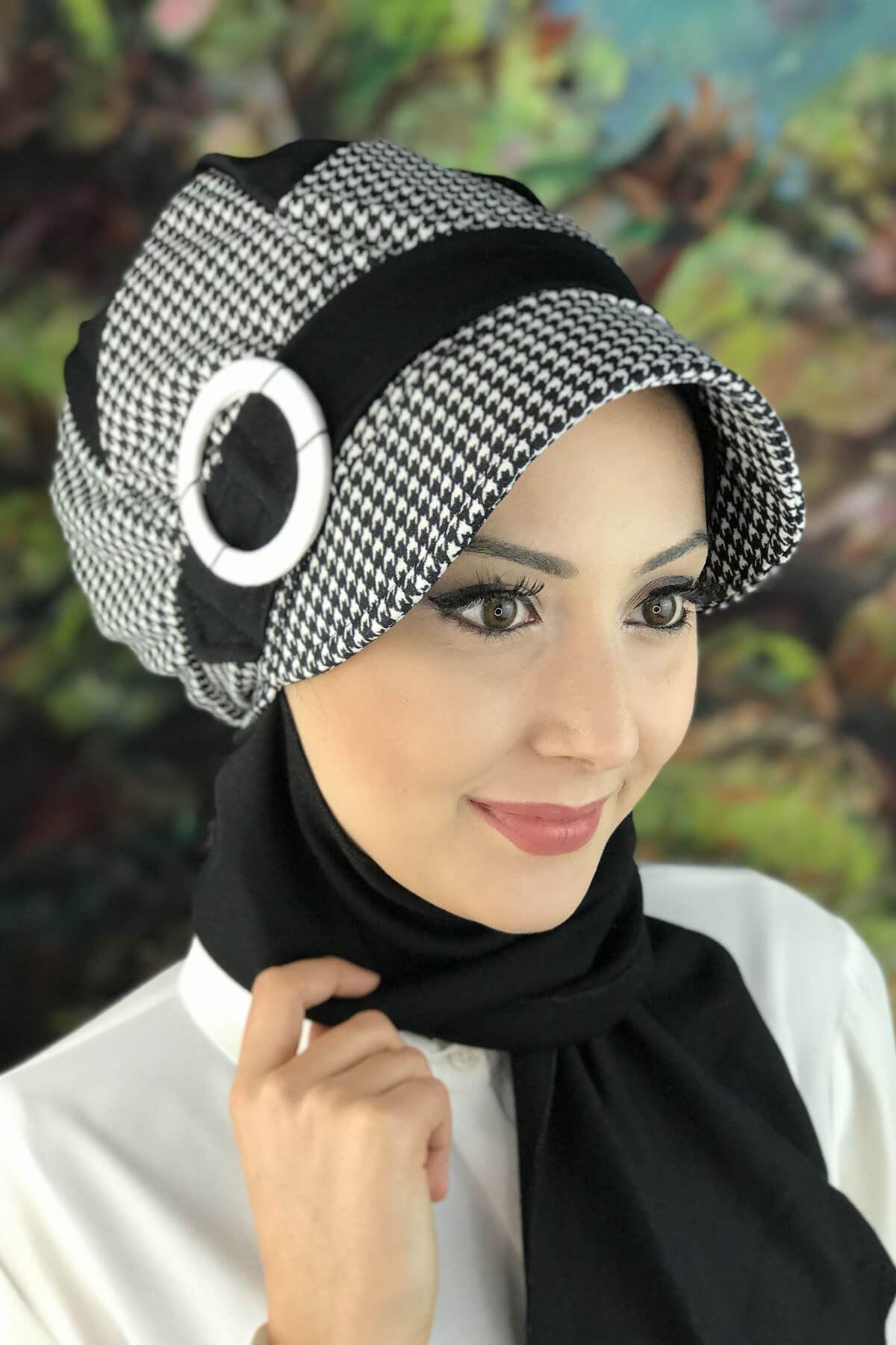 Siyah Beyaz Kazayağı Desenli Tokalı Atkılı Şapka